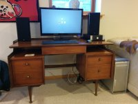 włączony komputer na biurku